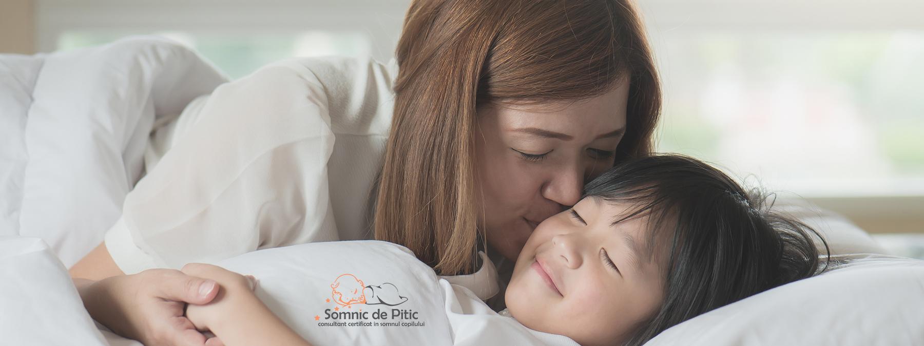 femeie care isis aruta copilul in pat